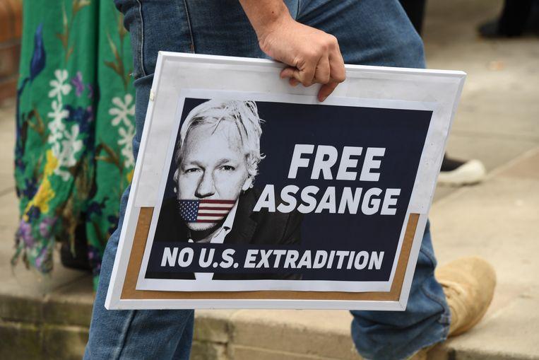 Een aanhanger van Assange tijdens een protestbijeenkomst in Sydney. Australië is het geboorteland van Assange.  Beeld EPA
