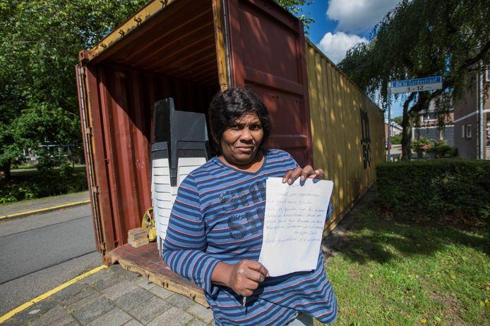 Tamaja Okolo voor de zeecontainer toen die nog voor haar deur op de stoep stond.