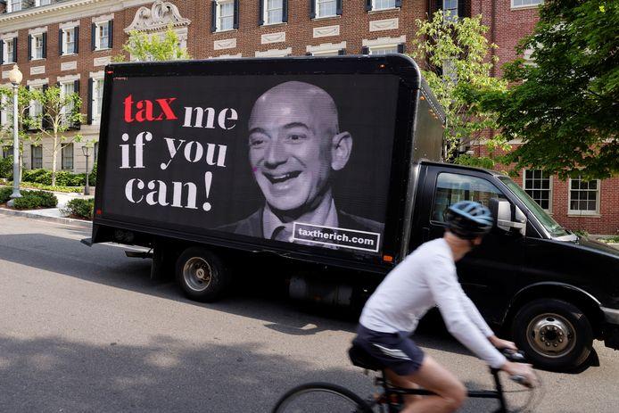 Een protest om Amazon-eigenaar Jeff Bezos meer belasting te laten betalen.