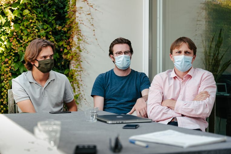 Lucas, Tim en Robrecht: 'De straf van de KU Leuven voor de Reuzegommers? Welke straf? Een paper schrijven? Dertig uur probleemjongeren begeleiden? Zij zijn de probleemjongeren.' Beeld Damon De Backer