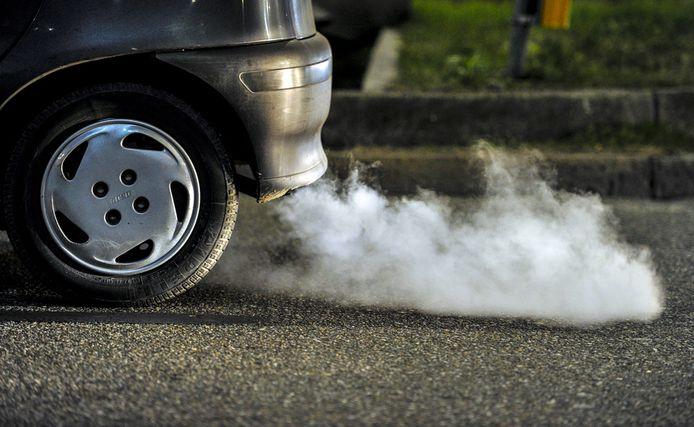 Uitlaatgassen van diesel- en benzineauto's kosten de samenleving tientallen miljarden euro's.