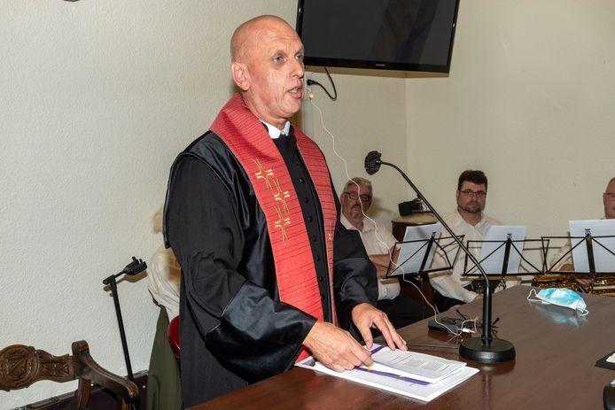 Rob Koreneef is nu ook officieel dominee van de protestantse gemeente.