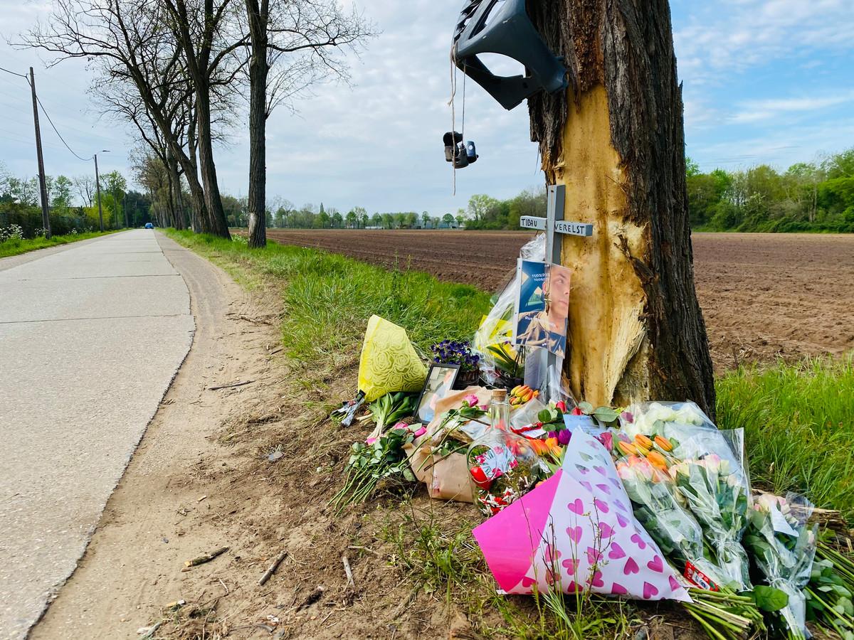 Op de plaats van het ongeval werd een gedenkplaats met bloemen en foto's van Tibau Verelst ingericht
