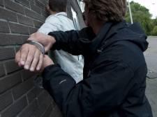 Dordtenaar (17) met mes op zak steelt auto, ramt politieauto en 'rijdt als een gek weg'