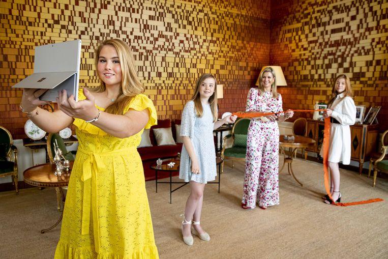 Koningin Máxima opent de digitale kleedjesmarkt 2020 samen met haar dochters Amalia, Alexia en Ariane.  Beeld ANP