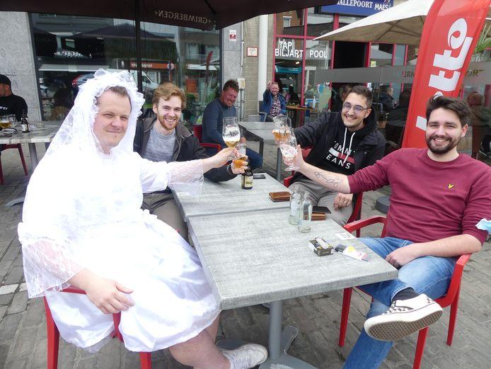 Machias Audoor viert zijn vrijgezellenfeest met Briony Den Haese, getuige Pieterjan Storme, Davy De Groote en getuige Anthony Vanden Berghe.