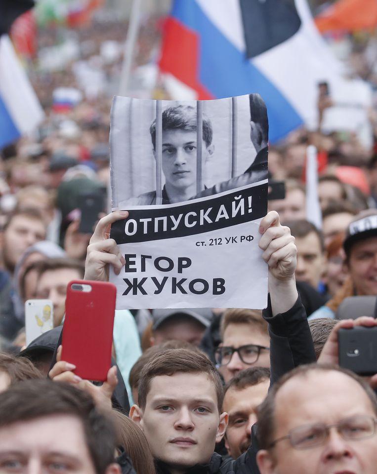 Op de poster afgebeeld: politicologiestudent Jegor Zjoekov die gearresteerd werd op verdenking van deelname aan rellen. Medestudenten en professoren van de liberale universiteit waar Zjoekov studeert, voeren campagne voor zijn vrijlating. Beeld Reuters