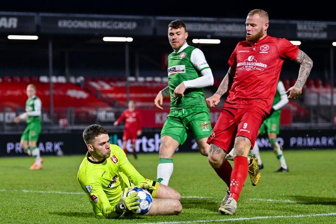 Liam Bossin, die een goed debuut kende in het doel bij FC Dordrecht, voorkomt dat Almere City FC-spits Thomas Verheydt gevaarlijk kan worden. FOTO BSR AGENCY