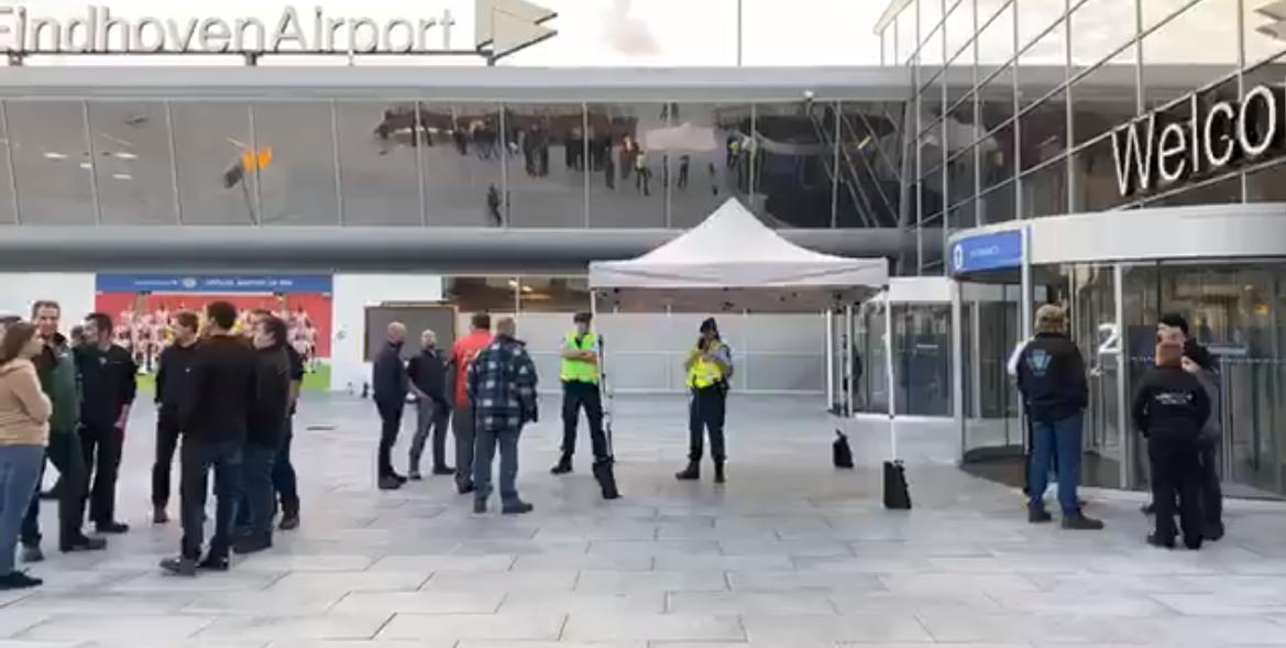 De protesterende boeren op het plein voor Eindhoven Airport.