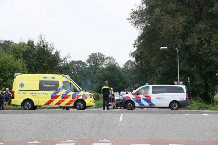 Hulpdiensten in Markelo nadat een wielrenner gewond is geraakt.