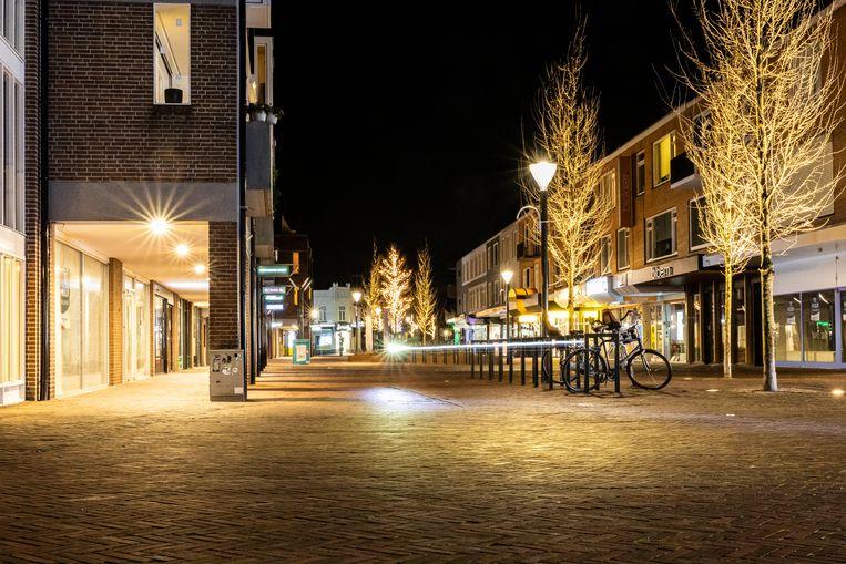 Een lege straat in Geldrop tijdens de avonduren. Beeld Venema Media