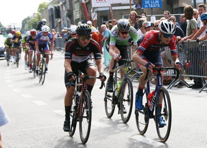Jonas De Schampheleire bij de laatste doortocht aan de streep aan het wiel van Jan Van Dyck, die net overneemt van de latere winnaar Jon Rye-Johnsen.