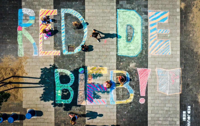Red de bieb letters op het schoolplein.