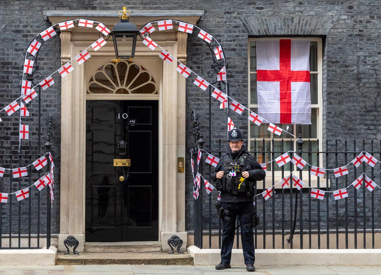 Een politieagent buiten Downing Street 10, de ambtswoning van premier Boris Johnson.