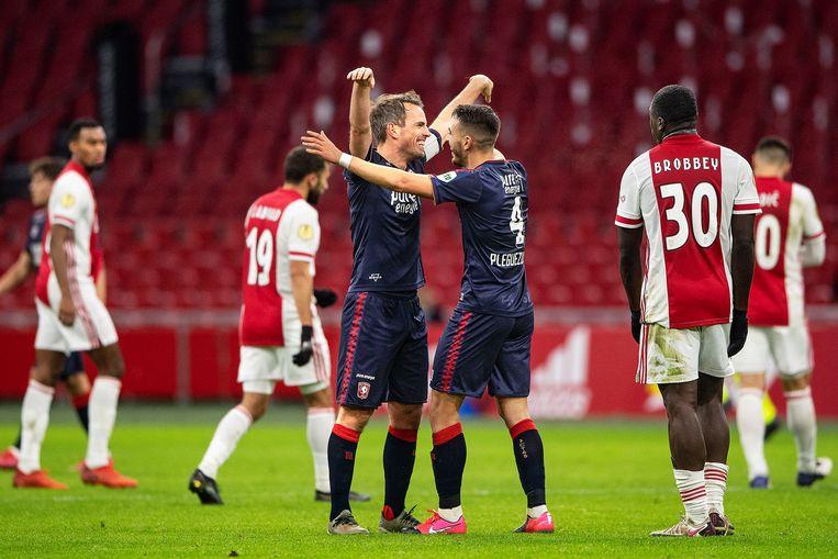 Wout Brama is dolblij met de gewonnen wedstrijd tegen Ajax, hij wordt omhelst doorJulio Pieguezuelo. Beeld Guus Dubbelman / de Volkskrant