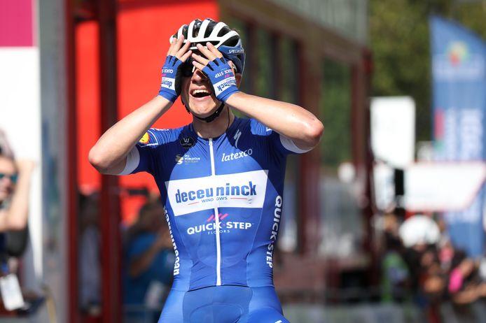 Remco Evenepoel kan het niet geloven wanneer hij solo de finish in San Sebastián passeert.