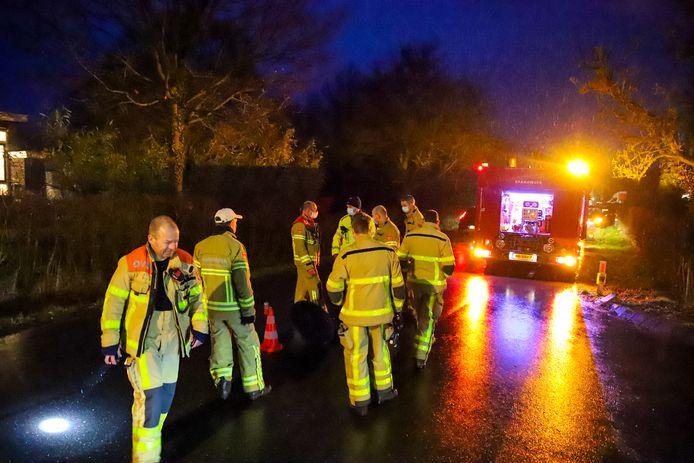 De brandweer onderzoekt in Loenen de herkomst van een sterke benzinelucht in het riool.
