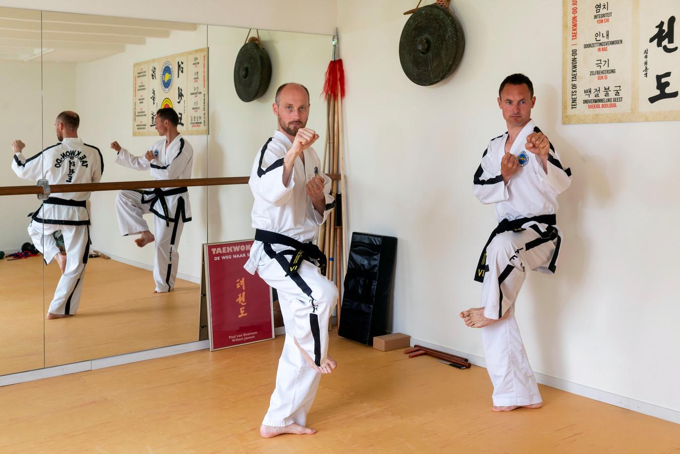 Paul van Beersum (links) en Willem Jansen hebben een 'nieuw' boek uitgebracht over taekwondo.