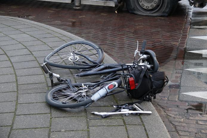 De fiets is door midden gebroken door het ongeluk.