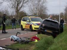Twee wielrenners geschept in Loon op Zand als stoet met snelle auto's voorbij rijdt: 'Ze raceten als gekken'