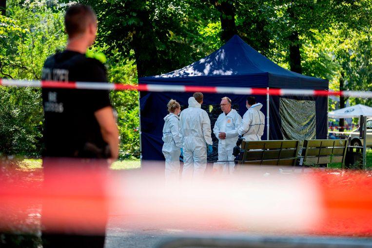 Forensische experts van de Duitse politie zoeken naar sporen in het Kleiner Tiergarten-park in Berlijn, waar de Tsjetsjeen Changosjvili in augustus werd doodgeschoten. Beeld AFP