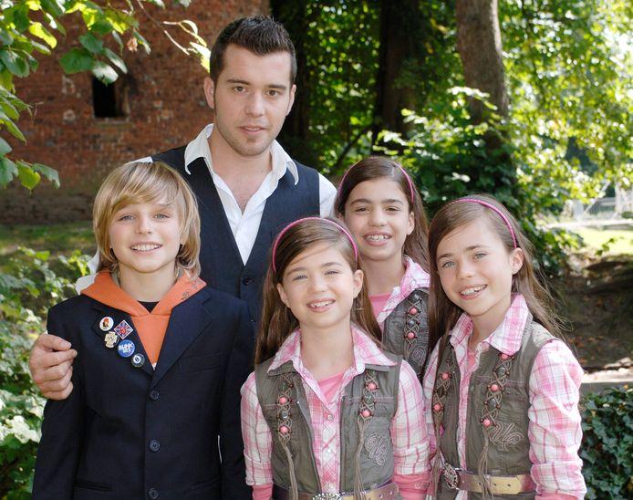 Jasper Publie en de Dalton Sisters ( Marie-Laure, Laurine and Aurelie Hendrickx) namen in 2007 deel aan 'Junior Eurosong'. Uiteindelijk mocht Trust met het nummer 'Anders' ons land vertegenwoordigen. Ook op de foto: Kobe Van Herwegen