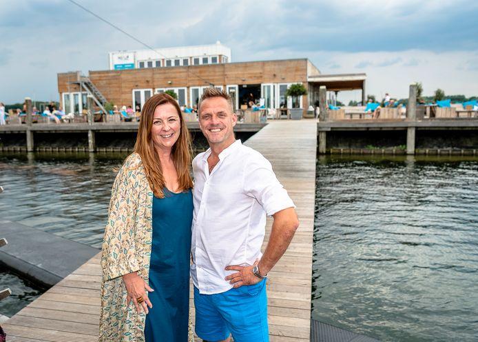 Iris Wulffraat en Jan Wouters van Beachclub Project7 aan de Zevenhuizerplas. Ze namen de horecazaak bij Nesselande over in coronatijd.