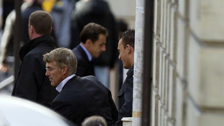 Sarkozy komt aan bij de kliniek. Beeld afp
