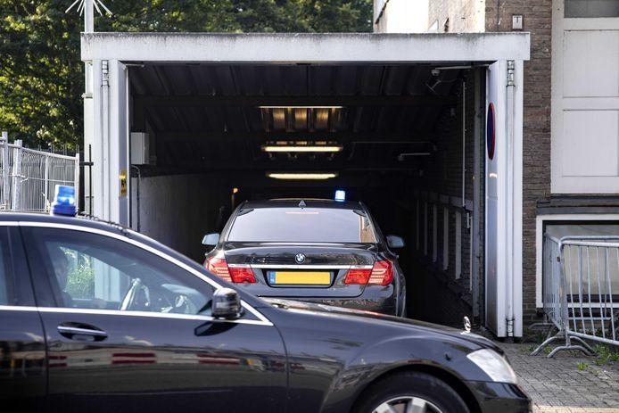 Een beveiligd transport komt aan bij de extra beveiligde rechtbank in Amsterdam-Osdorp, voorafgaand aan de hervatting van het liquidatieproces Marengo.