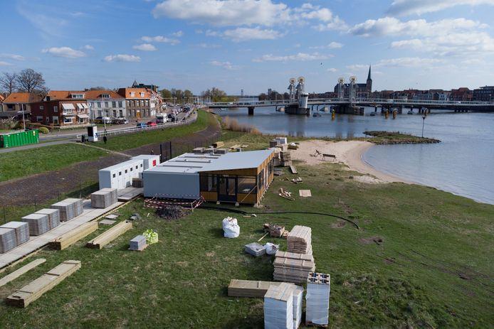 Het omstreden paviljoen op het strandje bij de Stadsbrug.