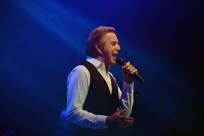 Will Tura tijdens zijn optreden op de Parkfeesten in Relst.