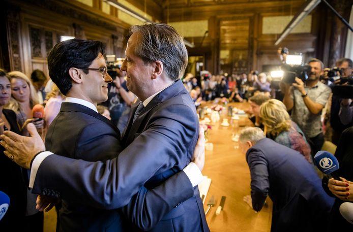 De nieuwe fractievoorzitter Rob Jetten (L) en zijn voorganger Alexander Pechtold (D66).