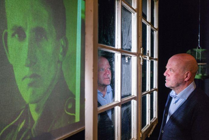 Diederik van Vleuten vertelt in De Onzichtbare Man vanaf een nagemaakte zolderkamer het verhaal van de Haagse SS'er Jacques Philippa.