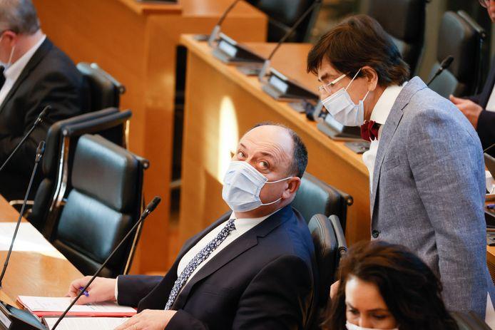 Willy Borsus et Elio Di Rupo au parlement wallon.
