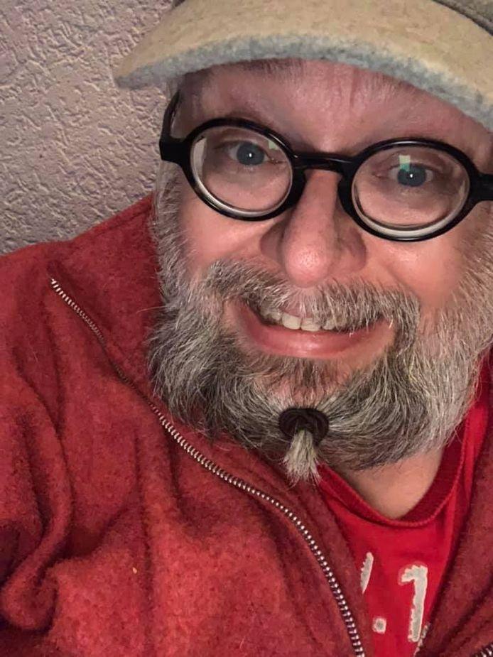 """Erik Kos heeft een bijzondere manier gevonden om zijn baard bij elkaar te houden. ,,En mijn haar is alleen met een pet, muts, of vet veel stylingproduct uit m'n ogen te houden."""""""