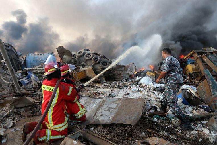 Een brandweerman probeert een brand te blussen.  Beeld Reuters