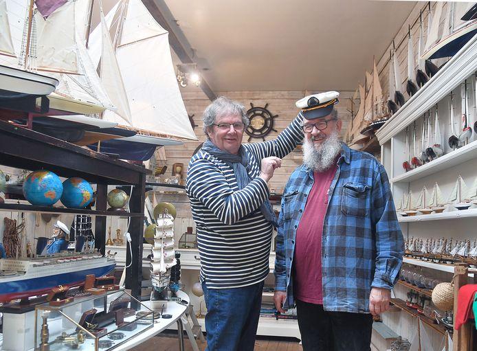 Theo Hemelaar (links) kroont de nieuwe eigenaar van de Zeewinkel, 'kapitein' Gommert Koole.