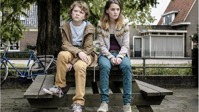 Tor Braun (Siem), Nina Wyss (Winnie) in een fragment van de jeugdfilm Rabarber. Beeld