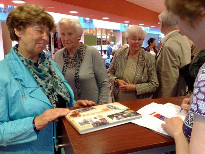 Het boek 'Vrouwen in oorlogstijd' is dondedrdag gepresenteerd in de bibliotheek aan de Mariënburg in Nijmegen. Foto: Francine Wildenborg/De Gelderlander