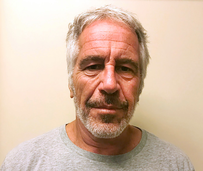 De van kindermisbruik verdachte multimiljonair Jeffrey Epstein, die op 10 augustus dood werd aangetroffen in zijn cel, op een politiefoto.