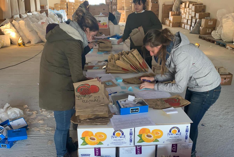 Dusseldorp (rechts) stelt voedselpakketten samen.