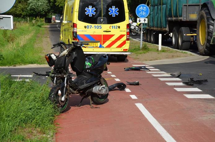De scooterrijder raakte gewond door het ongeval.