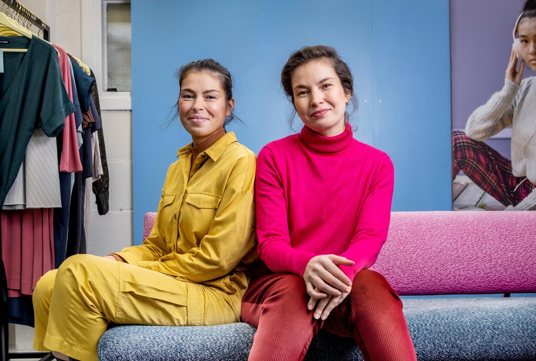 Elisa (r) en Diana Jansen runnen de eerste kledingbibliotheek in Nederland.