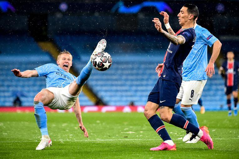 Oleksandr Zintsjenko van Manchester City (l) probeert PSG-aanvaller Angel Di MAria van de bal te houden tijdens de halve finale van de Champions League. Beeld EPA