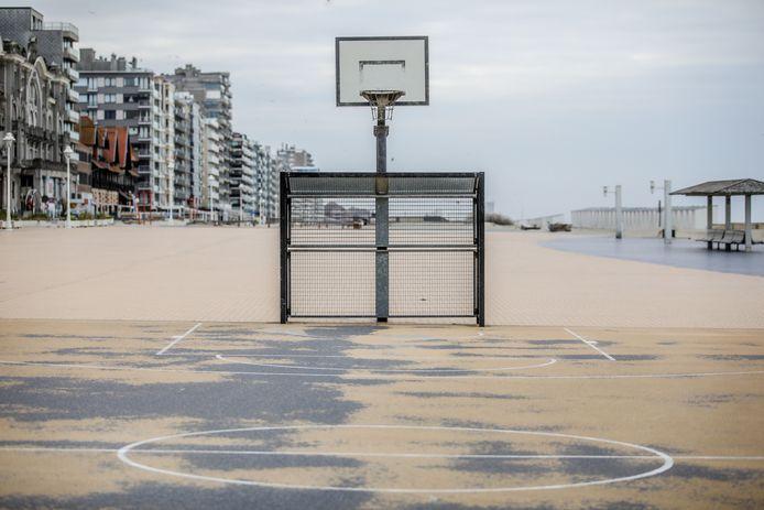 Het zand op dit basketpleintje in Nieuwpoort toont aan dat het vandaag nog niet gebruikt is geweest