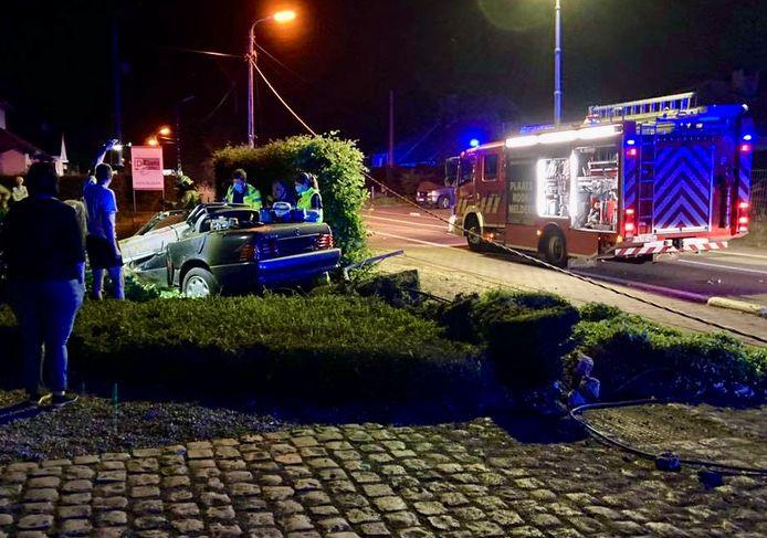 De Mercedes cabrio kwam in een voortuin terecht.