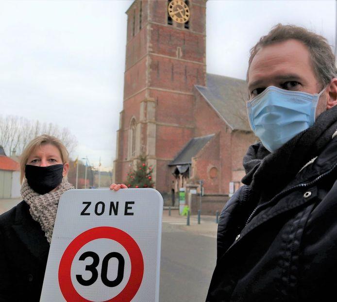Schepenen Isabel Van Quickelberghe en Frederik Van Nieuwenhuyze in de Zottegemstraat, waar de zone dertig zal uitbreiden.