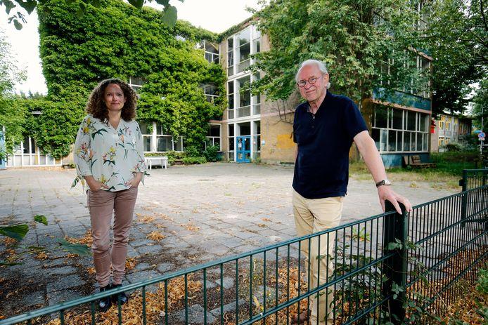 Buurtbewoners Wim Brunsveld (r) en Lisanne Havinga verzetten zich tegen de sloop van de school aan de Rubenslaan. Ze vinden het modernistische pand van grote waarde voor de wijk en willen dat het wordt gerenoveerd.
