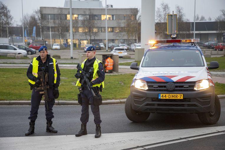 De marechaussee doet op dit moment onderzoek naar een verdachte situatie in een vliegtuig op Schiphol. Dat laten ze weten via Twitter.  Beeld ANP