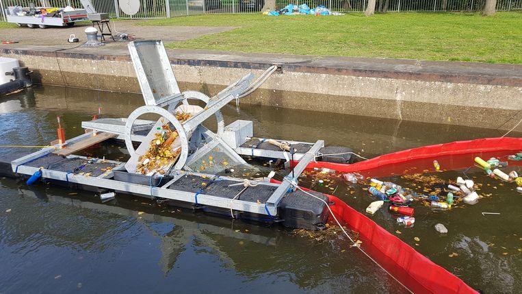 De testgoot van Noria. Arnoud van der Vaart: 'Ik denk dat we 95 procent van het drijvende plastic uit het water kunnen halen'. Beeld Noria